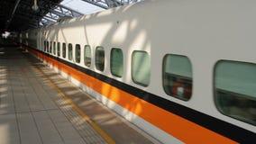Tren ferroviario de alta velocidad de Taiwán (THSR) en la estación de Taichung THSR HD almacen de video