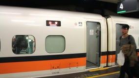 Tren ferroviario de alta velocidad de Taiwán (THSR) en la estación de Taipei HD almacen de video