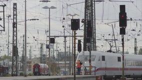 Tren ferroviario de los saludos del trabajador almacen de video