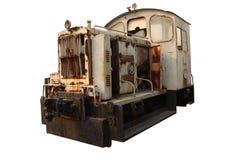 Tren fuera de servicio oxidado viejo de la mina, transporte minero abandonado del tren aislado en el fondo blanco imágenes de archivo libres de regalías