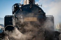 Tren histórico del vapor que pasa un pueblo rumano viejo Imagenes de archivo