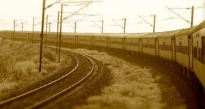 Tren indio que corre en la fotografía común de los ferrocarriles Imagenes de archivo