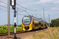 Tren interurbano holandés en el campo Fotos de archivo libres de regalías