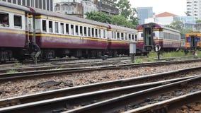 Tren locomotor que cambia el ferrocarril almacen de metraje de vídeo