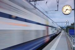 Tren móvil en Richterswil, Switerland imagen de archivo