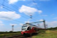 Tren moderno de precipitación muy rápidamente foto de archivo