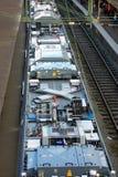 Tren moderno sobre la hora punta, estación de Estocolmo foto de archivo