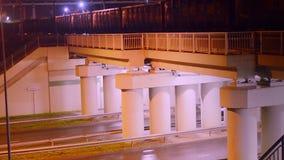 Tren nocturno y camino almacen de video