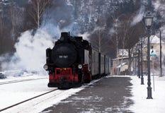 Tren nostálgico del vapor en invierno fotos de archivo