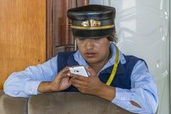 Tren Ofiicer usando su Smartpone Imagen de archivo libre de regalías