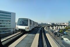 Tren para los pasajeros en aeropuerto foto de archivo