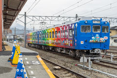 Tren parado en el ferrocarril de Kawaguchiko foto de archivo