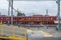 Tren parado en el ferrocarril de Kawaguchiko fotografía de archivo