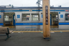 Tren parado en el ferrocarril de Kawaguchiko imágenes de archivo libres de regalías