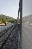 Tren parado en la estación foto de archivo