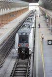 Tren parado en la estación de tren fotografía de archivo