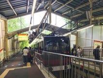 Tren parado en la estación de S?unzan fotografía de archivo