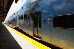 Tren parado en la estación en la opinión de perspectiva imagenes de archivo