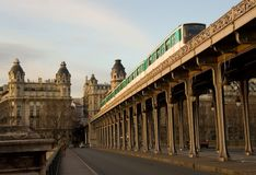 Tren parisiense del metro en el puente Bir-Hakeim encima Fotografía de archivo