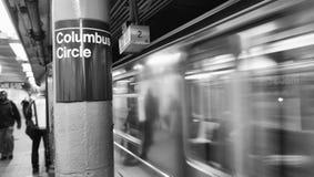 Tren que acelera en una estación de metro de Nueva York Foto de archivo