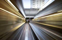 Tren que apresura más allá del puente - falta de definición de movimiento Fotos de archivo libres de regalías