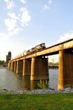 Tren que cruza el río Fotos de archivo libres de regalías
