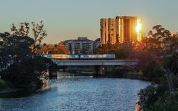 Tren que cruza el río de Yarra Fotos de archivo libres de regalías