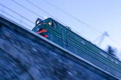Tren que cruza un puente Imágenes de archivo libres de regalías