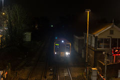Tren que entra en la estación en la noche Imagen de archivo libre de regalías