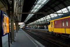 Tren que entra en Schiphol Amsterdam Imágenes de archivo libres de regalías