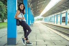 Tren que espera de la chica joven en la estación Imágenes de archivo libres de regalías