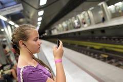 Tren que espera de la muchacha Fotos de archivo
