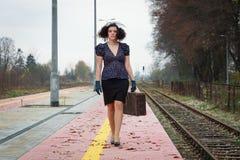 Tren que espera de la muchacha para Fotografía de archivo libre de regalías