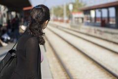 Tren que espera de la mujer para Imagenes de archivo