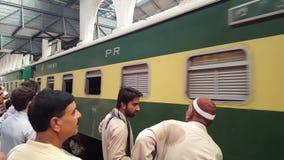 Tren que espera de tan mucha gente para en la plataforma - Lahore almacen de video