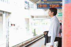 Tren que espera del hombre de negocios indio Imagen de archivo