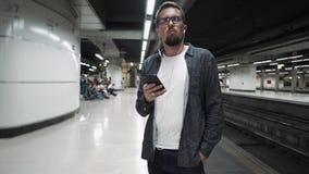 Tren que espera del individuo para en el metro de Barcelona almacen de metraje de vídeo