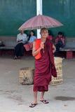 Tren que espera del monje para en Rangún Imagen de archivo