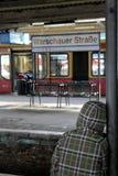 Tren que espera del niño en la estación del strasse del warschauer fotos de archivo