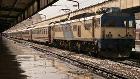 Tren que espera en la estación Imagenes de archivo