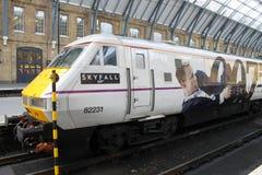 Tren que hace publicidad de la película Skyfall de James Bond Foto de archivo