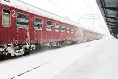 Tren que llegó durante una tormenta de la nieve Foto de archivo libre de regalías