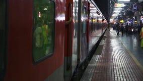 Tren que llega en la estación almacen de metraje de vídeo