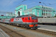 Tren que llega en la estación de Novosibirsk Imagenes de archivo
