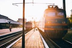 Tren que pasa del ferrocarril de la plataforma imagen de archivo libre de regalías