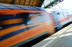 Tren que pasa el ferrocarril Foto de archivo