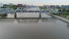 Tren que pasa en el puente sobre el río Abejón tirado desde arriba 4K almacen de metraje de vídeo