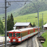 Tren que pasa una aldea Imagenes de archivo