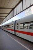 Tren que sale de la estación Fotos de archivo libres de regalías