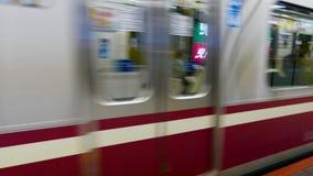 Tren que sale de la estaci?n de metro